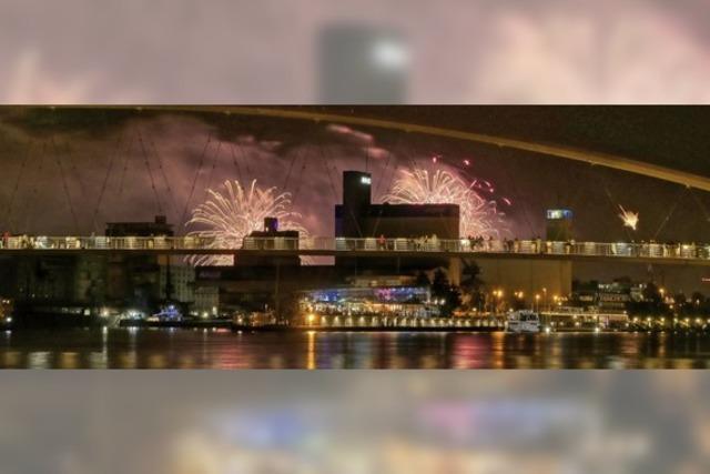 Feuerwerk über der Dreiländerbrücke