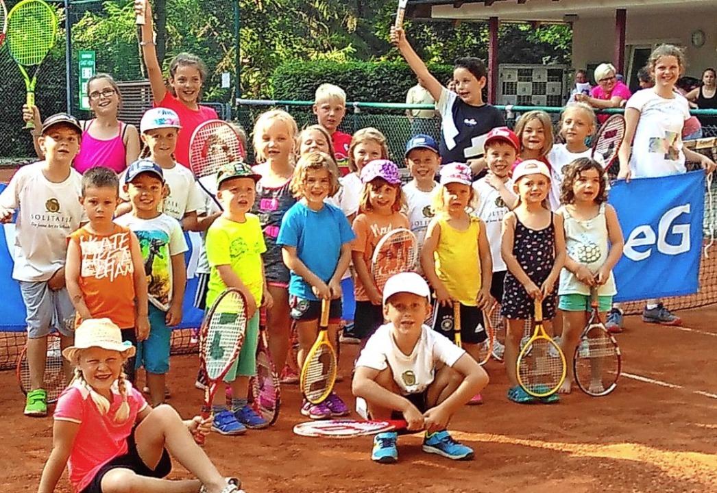 Die Tenniskinder mit der unterstützend...ich über Medaillen und Preise freuen.   | Foto: Tennisclub