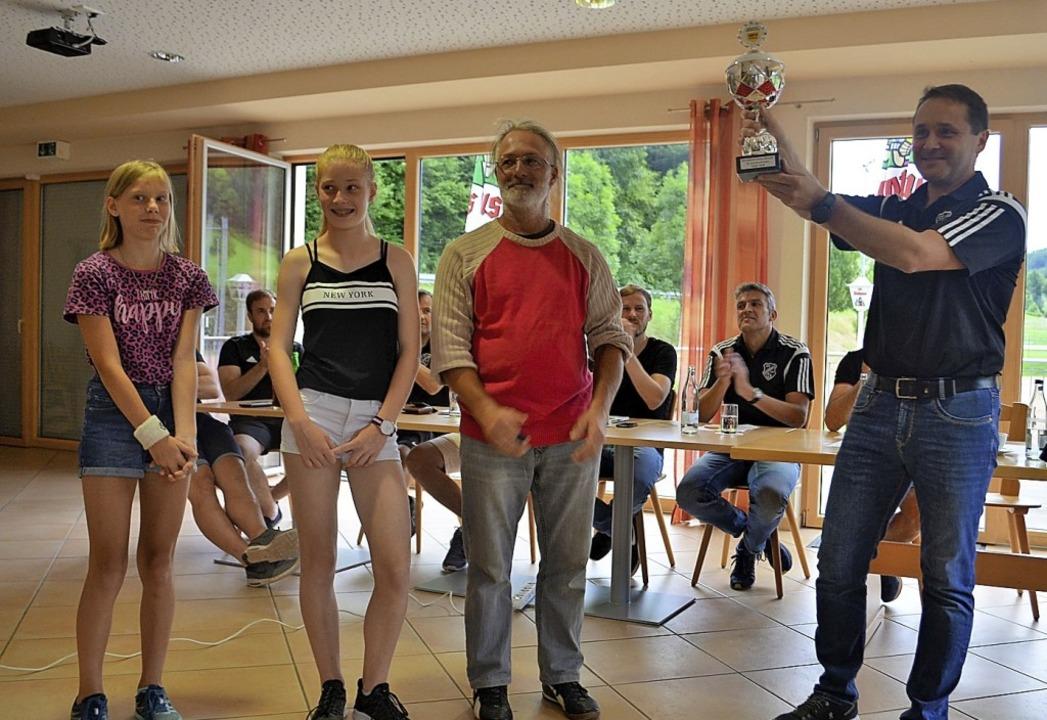 Jasmin Lemke und Marlene Weiß übergabe...inks). Der SVB-Vorstand applaudierte.   | Foto: Nikolaus Bayer