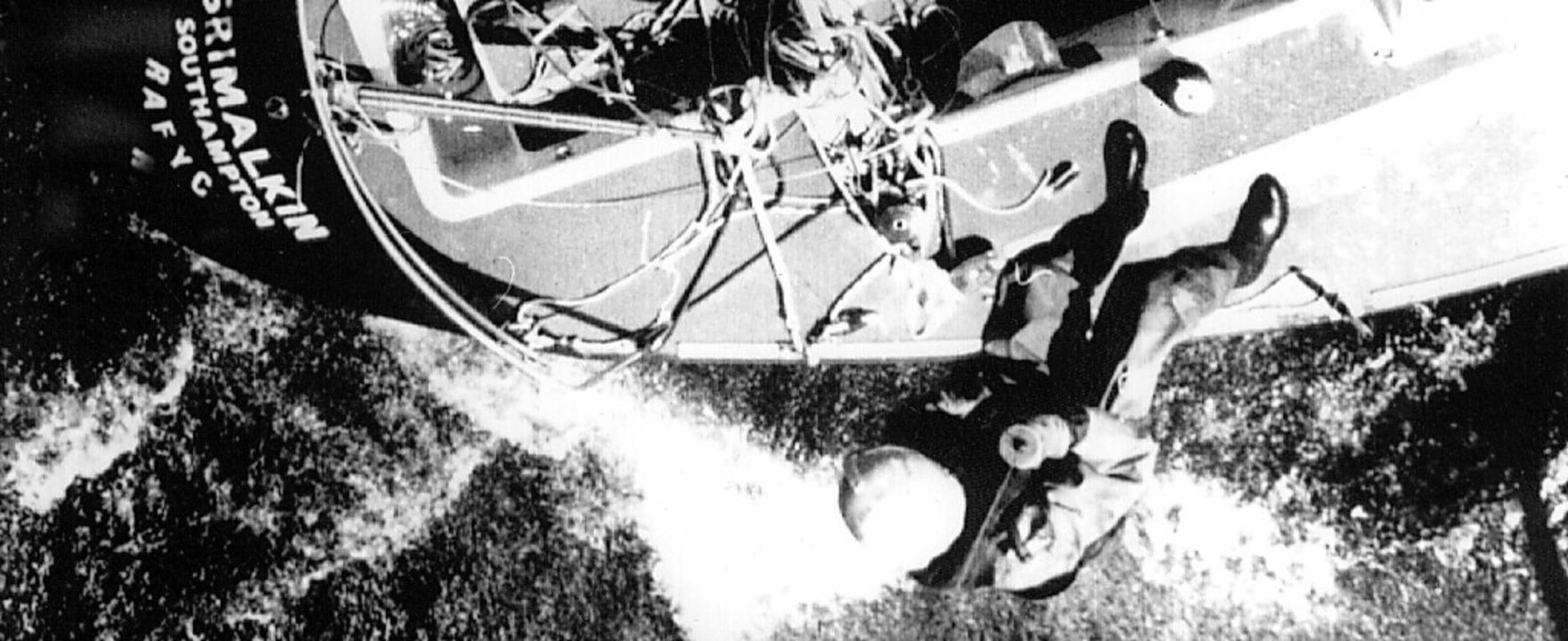 Von einem Marinehubschrauber aus wird ...sche Jacht Grimalkin heruntergelassen.    Foto: UPI (dpa)
