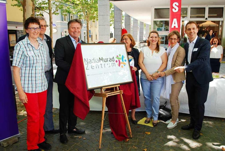 Christina Hopfner, Michael Schmitt-Mit...hüllten am Donnerstag die Namenstafel.  | Foto: Thomas Loisl Mink