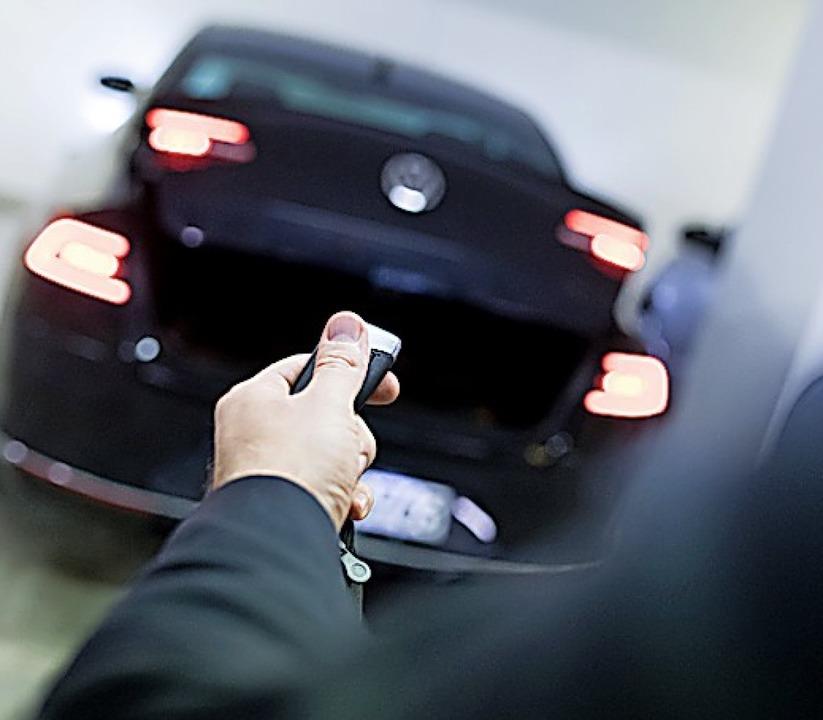 Wer einen Funkschlüssel nutzt, sollte vorsichtig sein.  | Foto: Alexander Heinl (dpa)