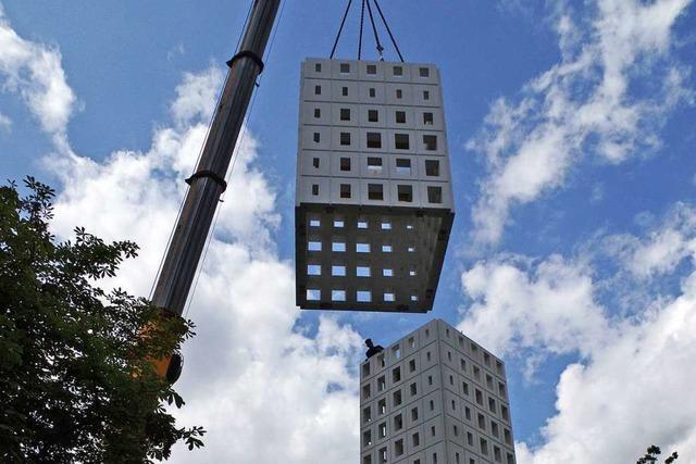 Der neue Turm der Kreuzkirche wurde zusammengesetzt wie Legosteine