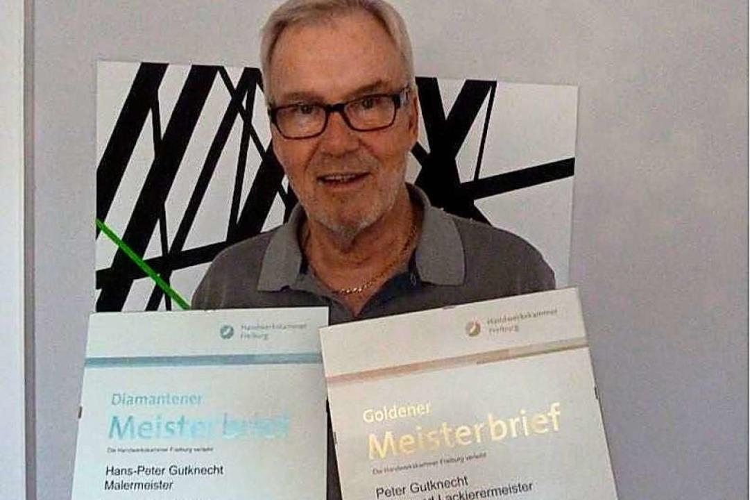 Malermeister Peter Gutknecht mit seinen Meisterbriefen.     Foto: Kimberly Düfer