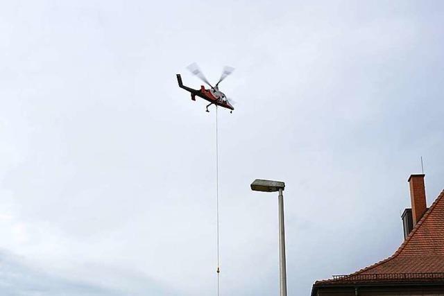 Oberleitungsmasten an der Breisgau S-Bahn werden via Lastenhelikopter montiert