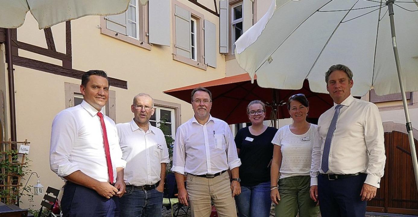 Im  Innenhof des Mehrgenerationenhause...Frühe und Staatssekretär Stefan Zirke.  | Foto: Tilmann Krieg