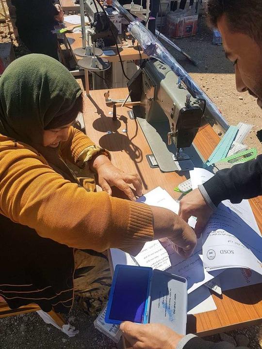 Frauen bekommen Anleitung an der Nähmaschine.  | Foto: Verein Zarok