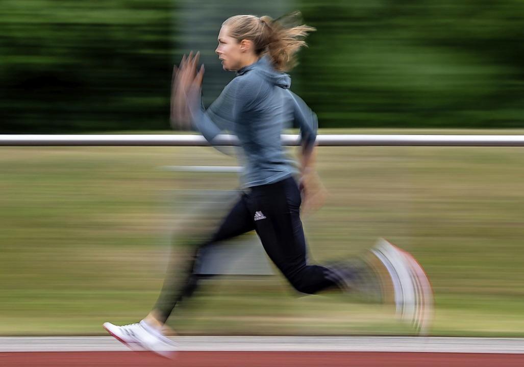 Rasant unterwegs ist Gina Lückenkemper auch im Training.   | Foto: Swen Pförtner (dpa)