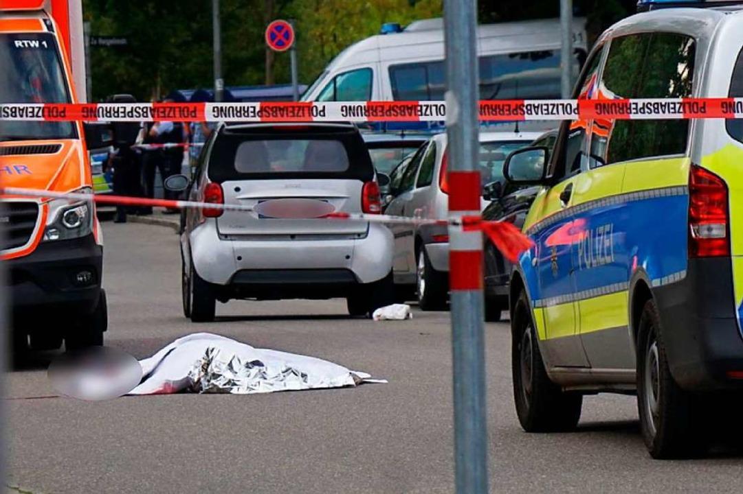 Das Opfer des Schwertangriffs in Stutt...nerstagabend zugedeckt auf der Straße.  | Foto: Kohls