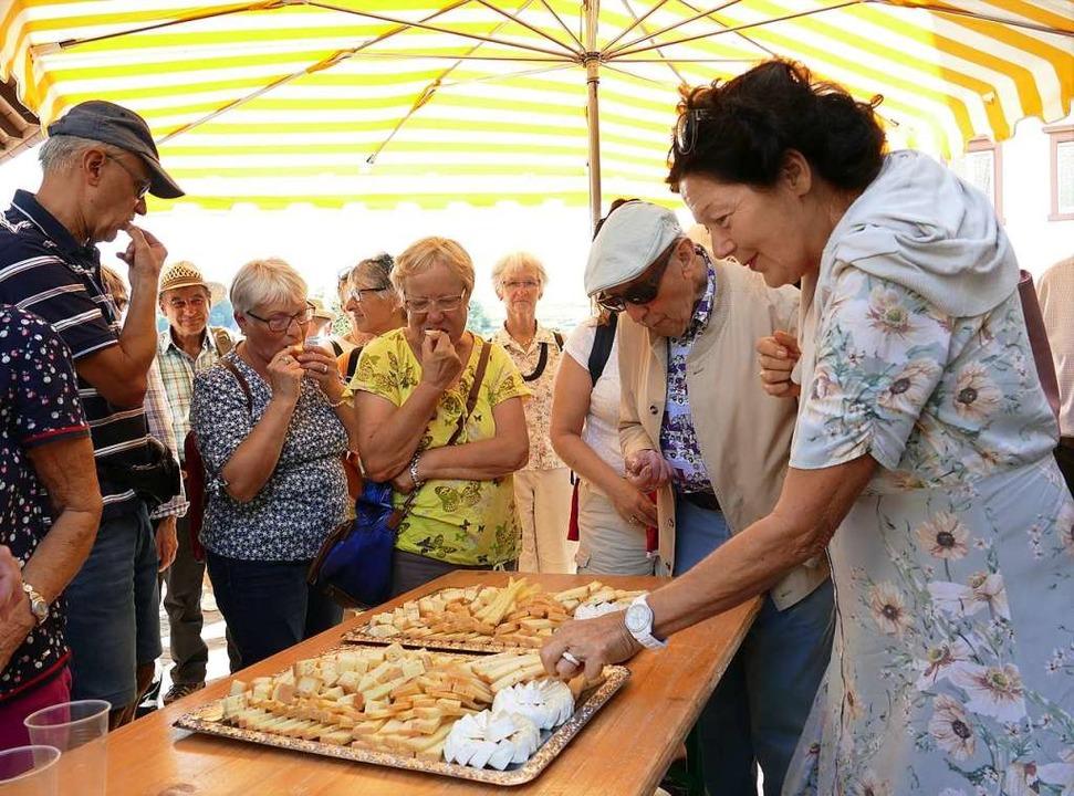 Bürger interessieren sich für die Herk...serer Nahrung, hier Käse aus Gersbach.    Foto: Martina David-Wenk