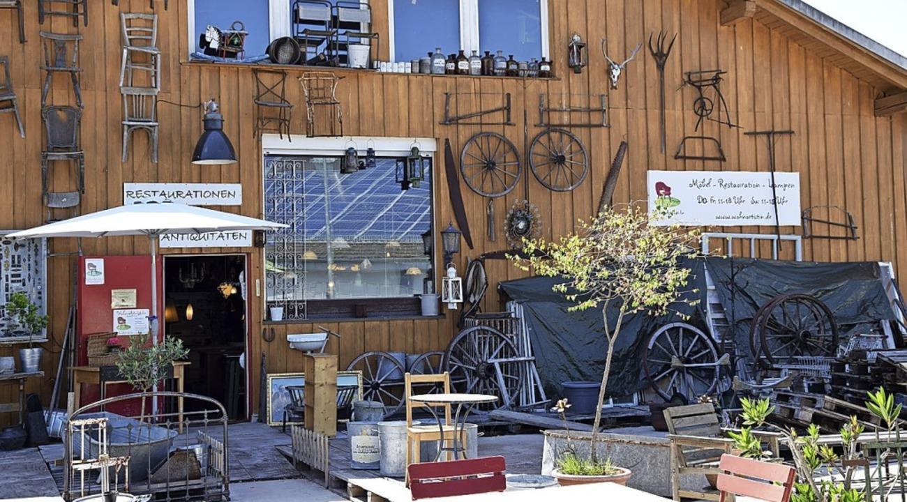 Volker Kaiser betreibt seit 33 Jahren sein Antiquitätengeschäft in Neustadt.  | Foto: Nora Bulla