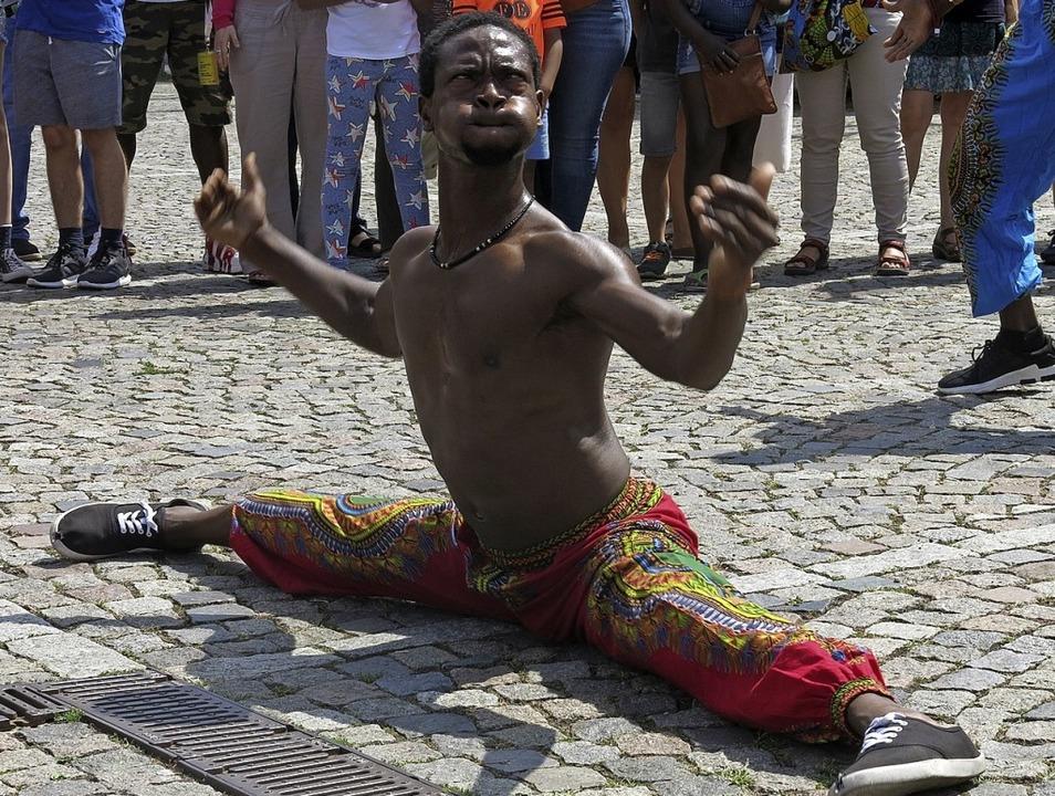 Akrobatik, Tanz und Musik bei der Straßenparade  | Foto: Georg Voß