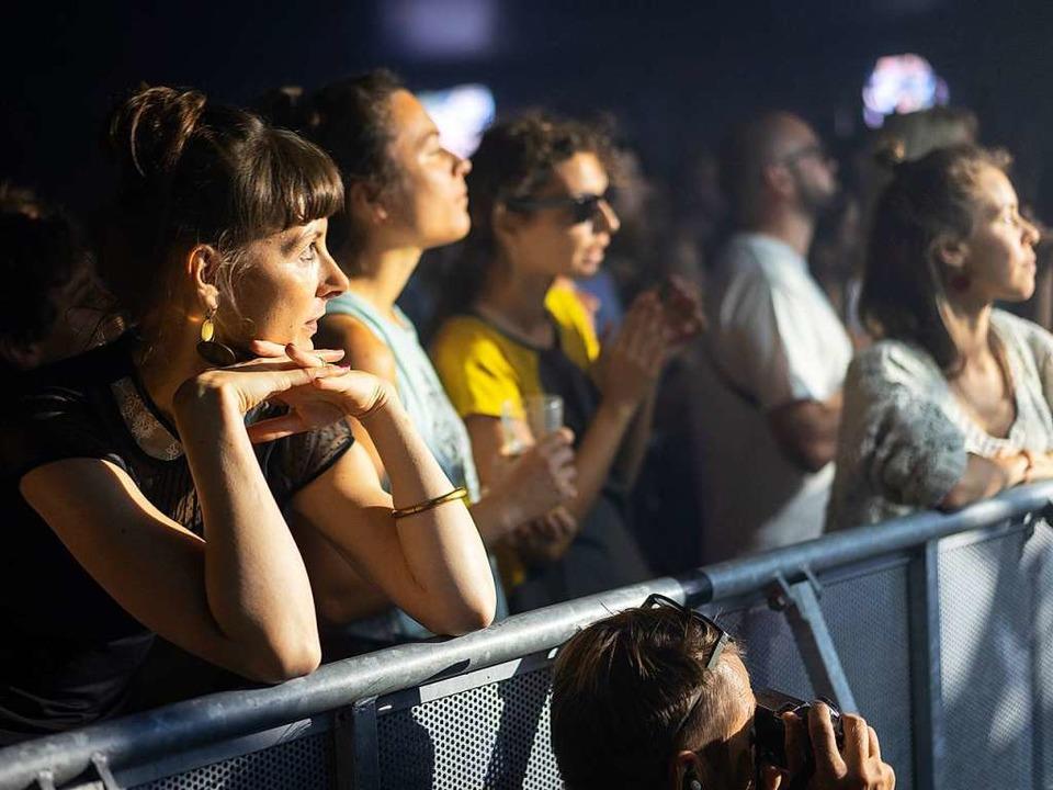 Besucherinnen und Besucher beim Konzert von Mine und Sophie Hunger   | Foto: Simon Langemann