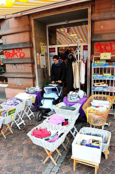 Im S'Einlädele (links) werden Se... verkauft – für den guten Zweck.  | Foto: Ingo Schneider