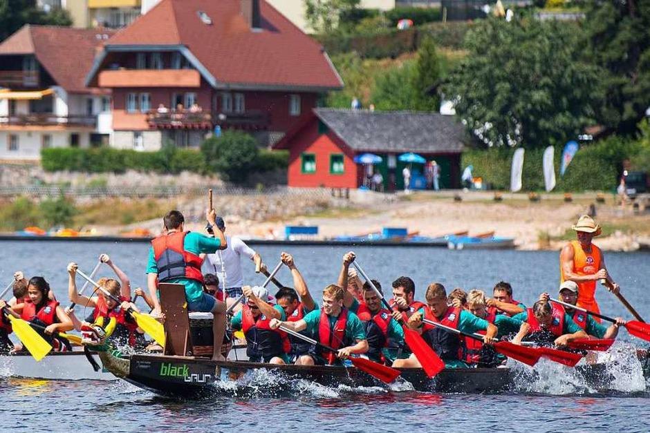 Die Seepiraten vom Holzhaus Bonndorf zeigten, dass sie im Takt Hand in Hand zusammenarbeiten - Nach dem Start müssen sie noch eine Menge aufholen. (Foto: Wolfgang Scheu)