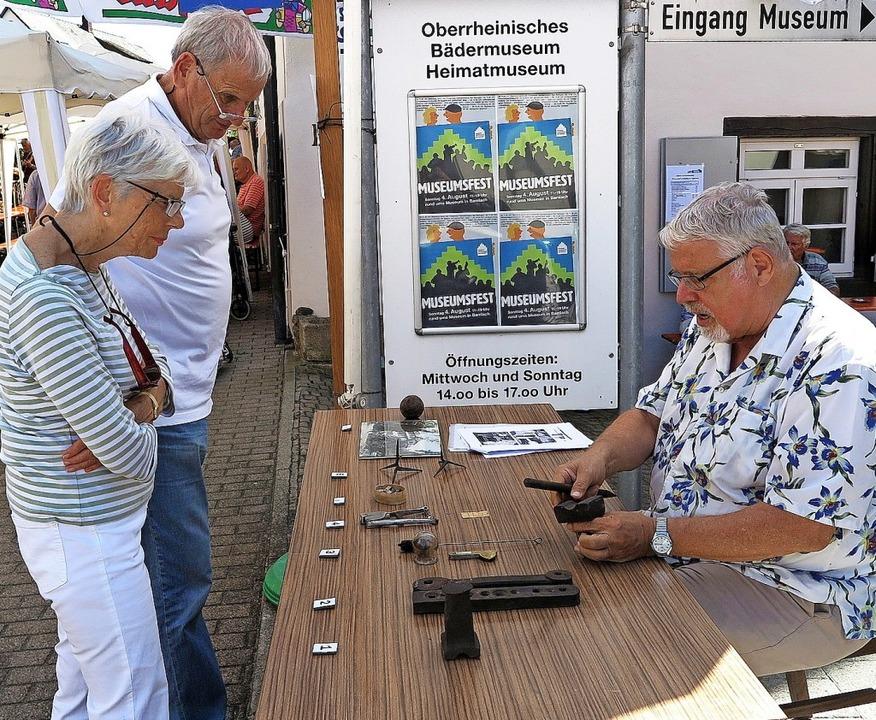 Gerd Müller erläuterte den Festbesuchern ausgewählte Exponate aus dem Museum.  | Foto: Dorothee Philipp