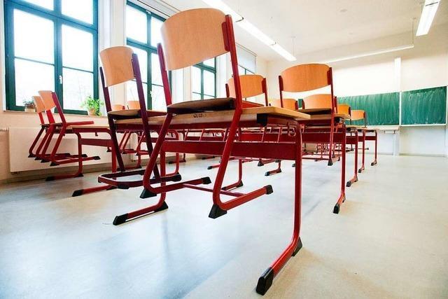 Einbrecher schläft im Klassenzimmer ein