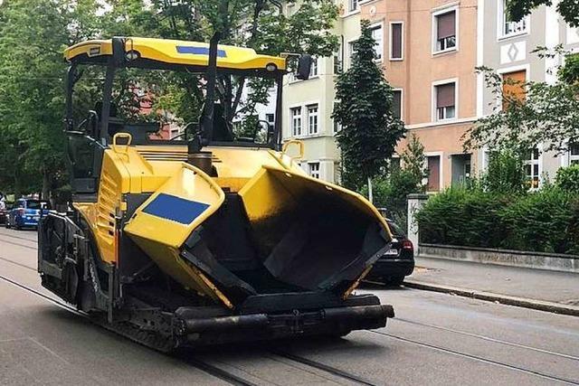 Mann klaut in Basel eine Asphaltiermaschine und demoliert Autos damit