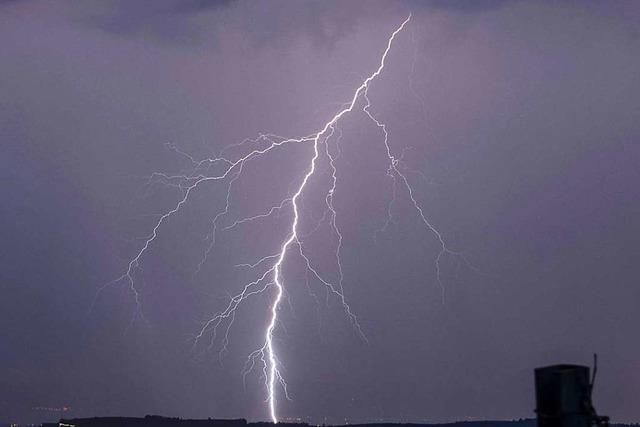 Blitz schlägt in Hausdach in Weil am Rhein ein