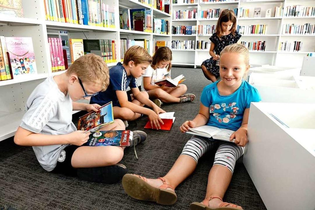 In der Bücherwelt versunken: die Zweit...Jana und Clara (von links nach rechts)  | Foto: ia