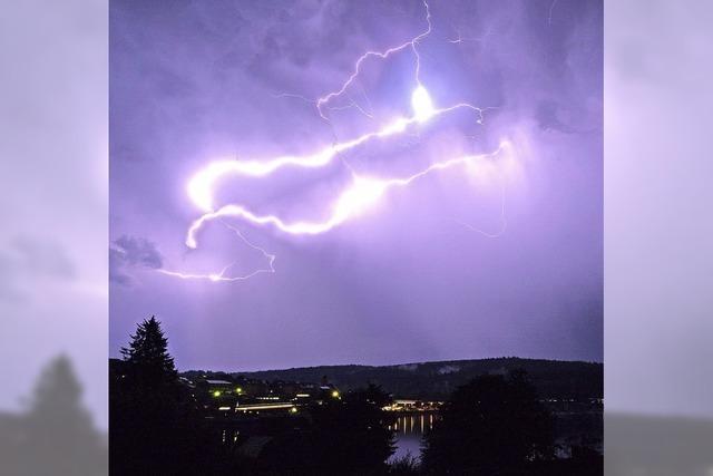 Blitze zucken am Nachthimmel