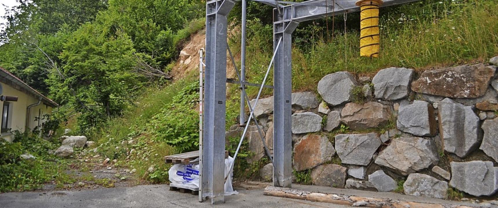 Um die steile Hangböschung beim Weides...l eine stabile Mauer errichtet werden.    Foto: Paul Berger