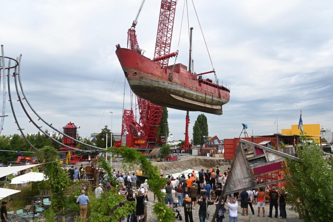 Hier hängen 550 Tonnen an einem Kran. ...tturmschiff wird in die Grube gehievt.    Foto: Jonas Hirt