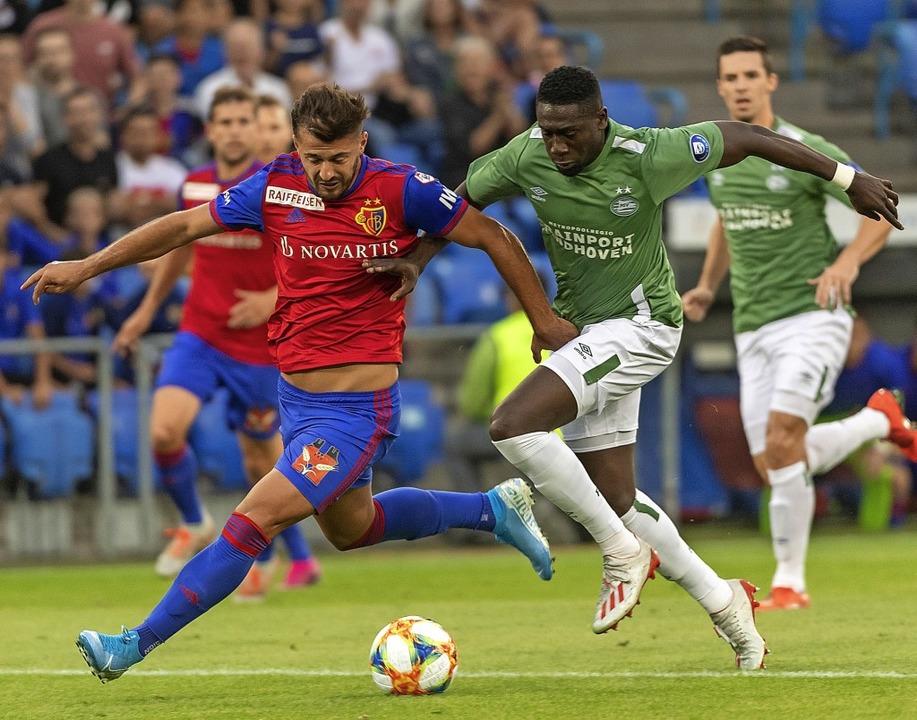 Angeschlagen und international gefragt...r  Albian Ajeti (gegen PSV Eindhoven)   | Foto: Georgios Kefalas (dpa)