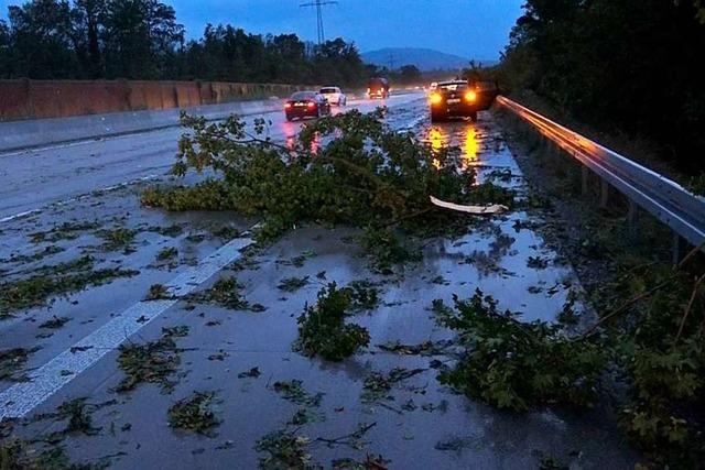 Unwetter verursachen Schäden und legen Autobahn 5 zeitweise lahm