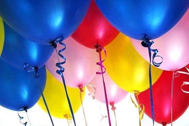 Jugendliche feiern in Lörrach einen Geburtstag in Nähe der Bahngleise