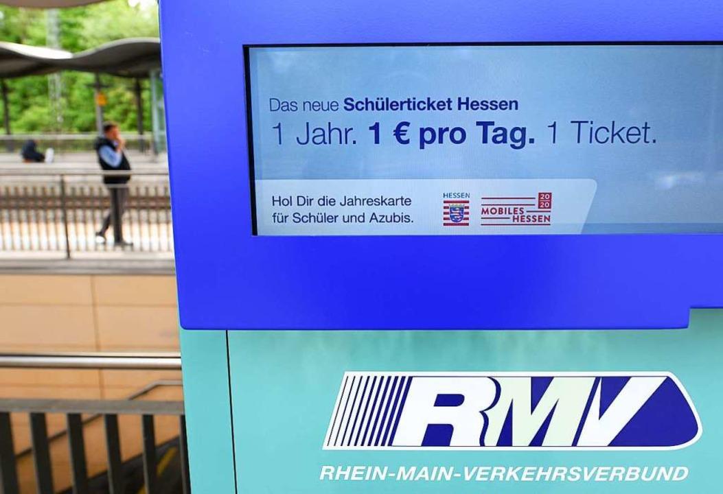 Auf dem Display eines neuen RMV-Fahrka...rsministeriums Ende Mai in der Tasche.  | Foto: Arne Dedert (dpa)