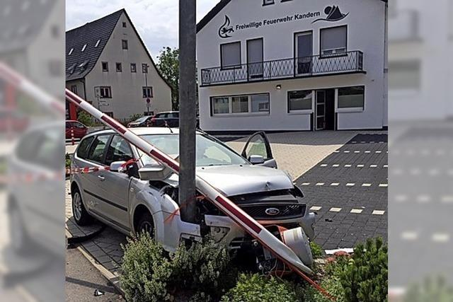 Autofahrer fährt Schild und Schranke um