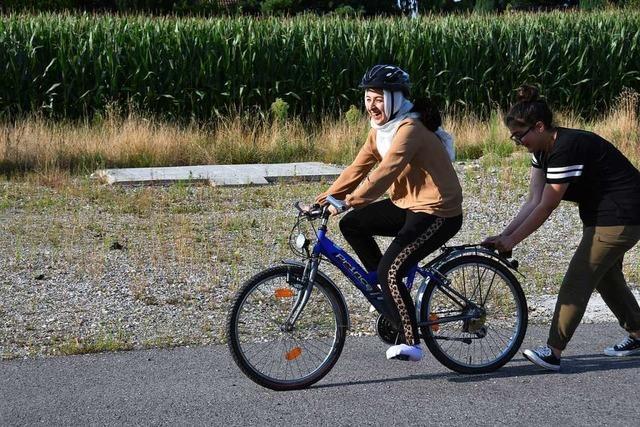 Der Verein Bike Bridge bringt geflüchteten Frauen in Gundelfingen Radfahren bei