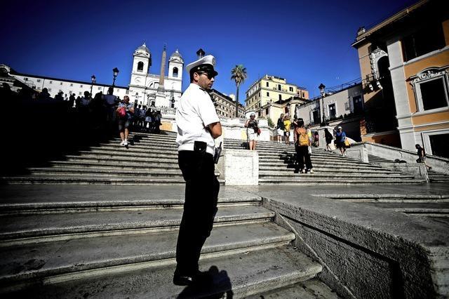 Sitzen auf Spanischer Treppe verboten