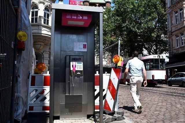 Es gibt noch 140 Telefonzellen in Freiburg – eine davon steht Fußgängern im Weg