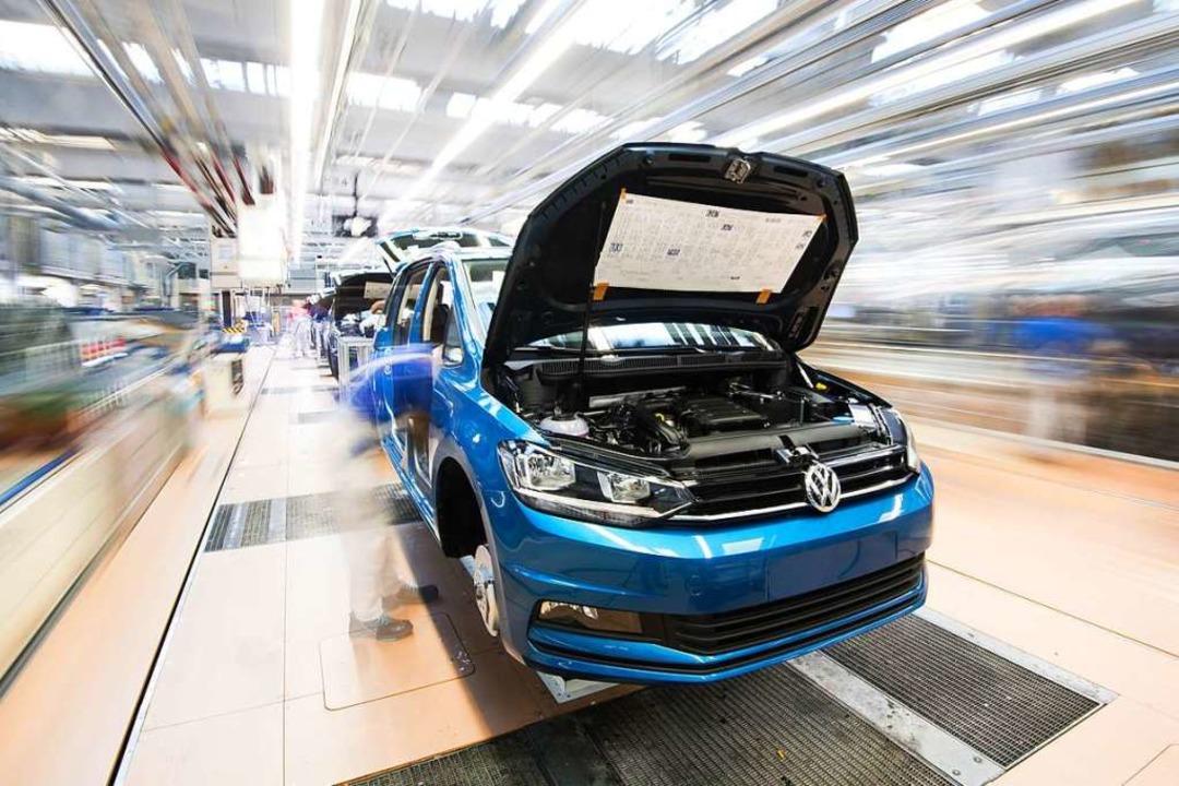 Symbolbild: Ein Touran durchläuft die Endmontage im VW-Werk.    Foto: Julian Stratenschulte