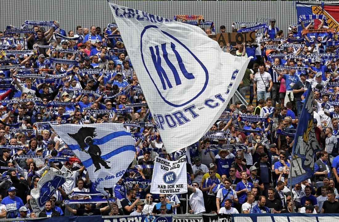 Fans des Karlsruher SC im Wildparkstadion   | Foto: Uli Deck