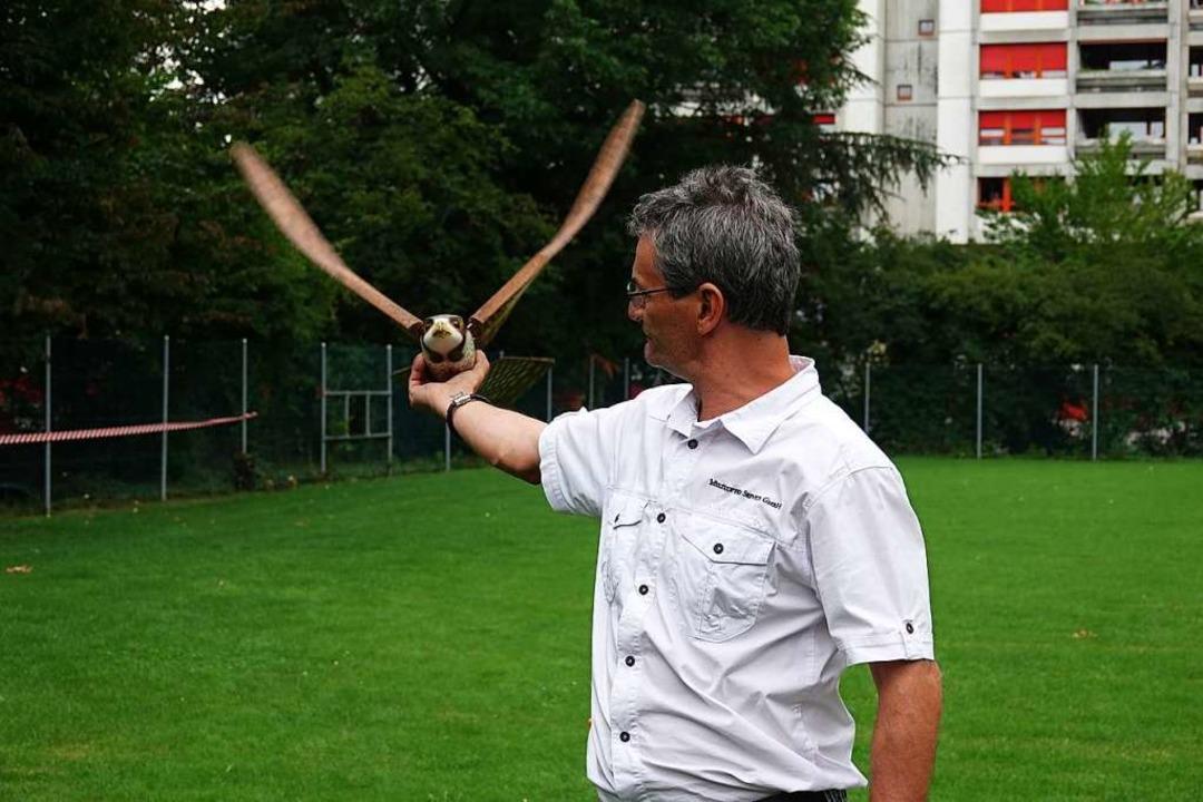 Marcel Maurer mit dem Robotervogel  | Foto: Valentin Zumsteg