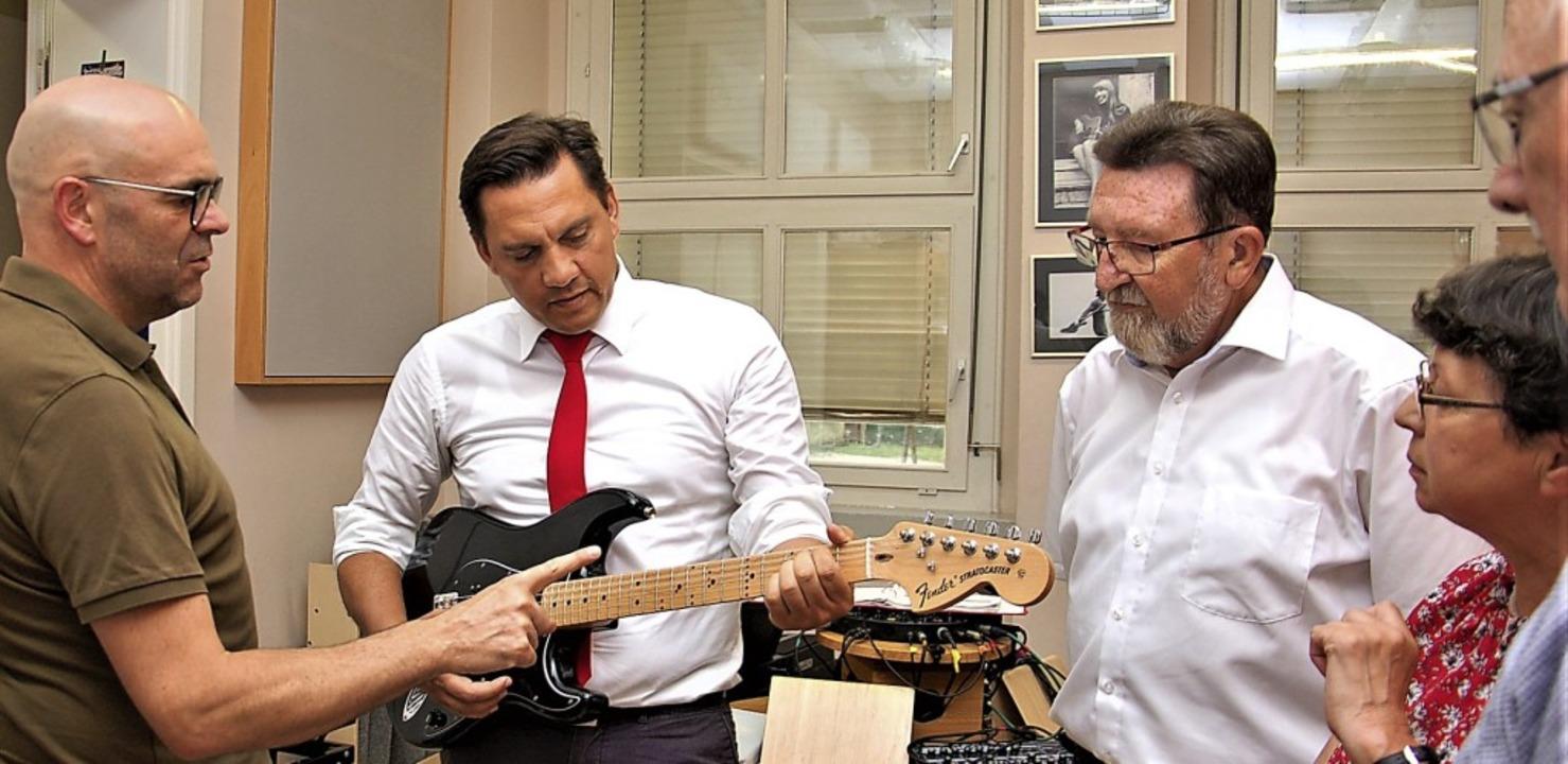 Tobias Meinen (links) erklärt den SPD-... mit digitaler Unterstützung abläuft.   | Foto: Wolfgang Beck