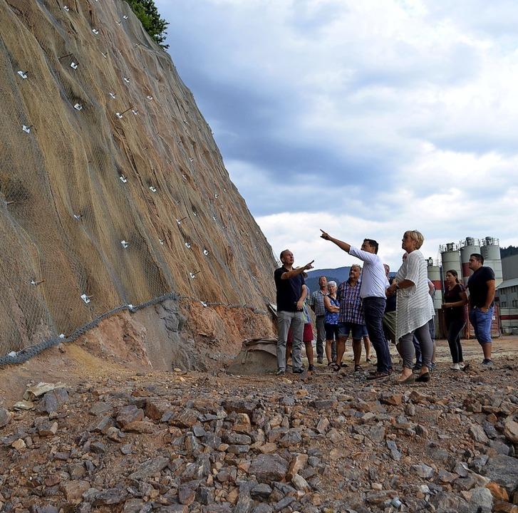 Vor der gesicherten Wand neben dem kün...a Heitzler von der Bauleitung (v.l.).   | Foto: Nikolaus Bayer
