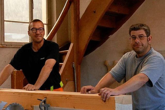 Uwe Röschke und Tommaso Gioia von den Technischen Diensten bauen Spielgeräte
