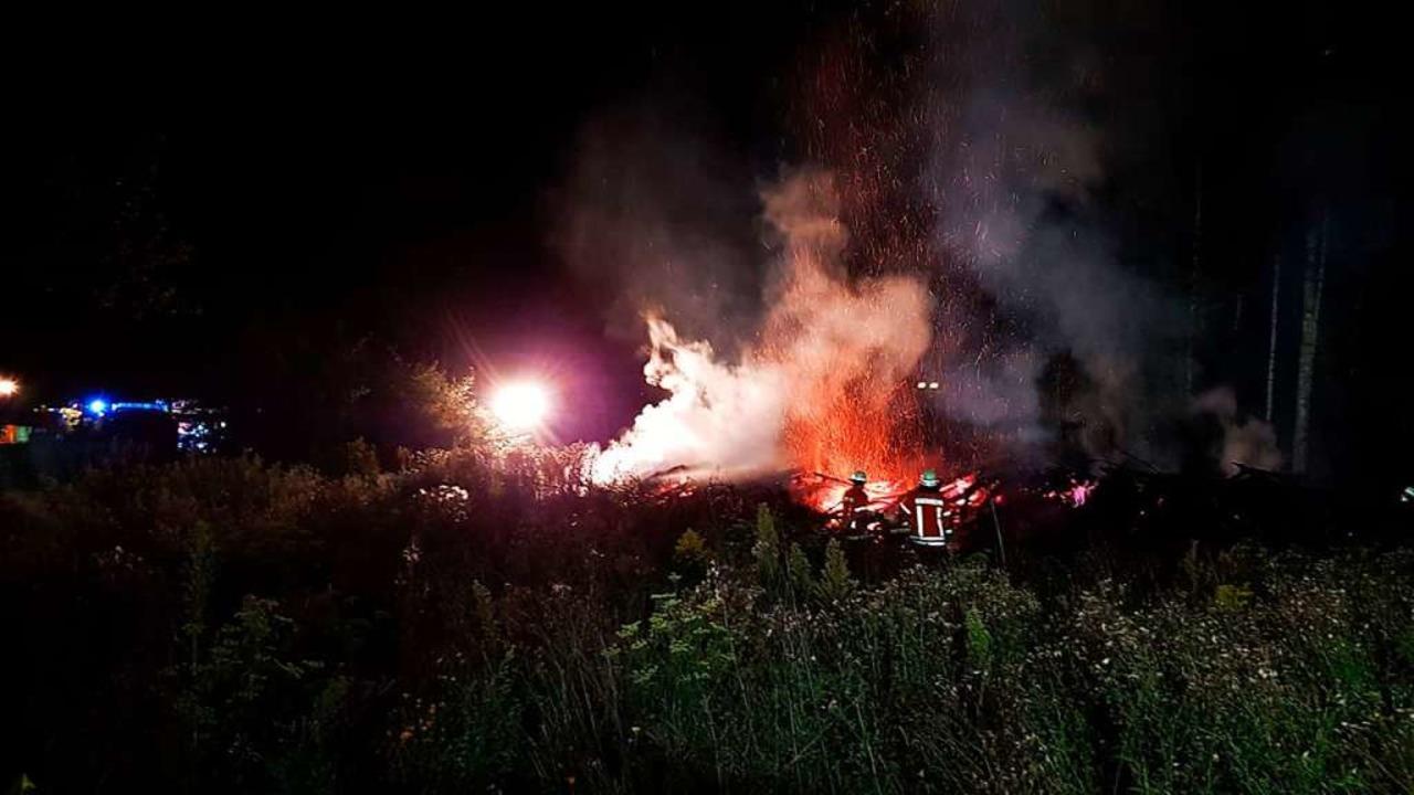 Größte Herausforderung war für die Feu...mmen auf den nahen Wald zu verhindern.  | Foto: Feuerwehr