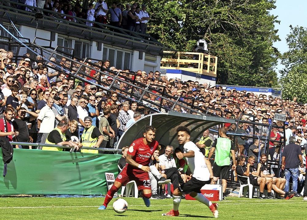 8500 Zuschauer bildeten  den würdigen ...fmeter, doch Hoxha spielte  den Ball.   | Foto: Dieter Reinhardt