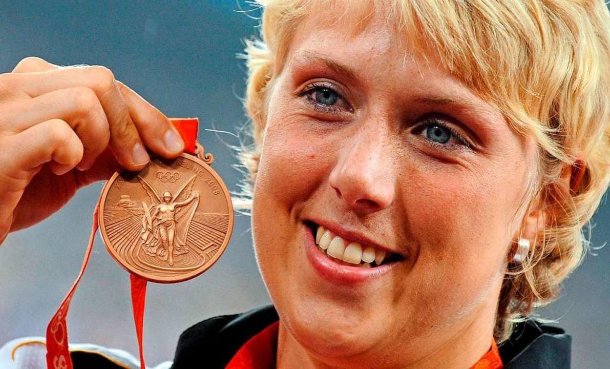 Christina Obergföll vor elf Jahren in ... Jetzt wird olympisches Silber daraus.    Foto: Gero Breloer (dpa)