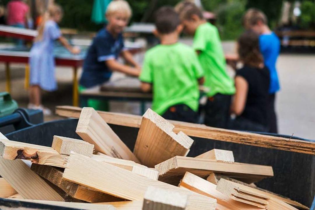 Werken mit Holz macht vor allem Jungs Spaß.  | Foto: Ansgar Taschinski