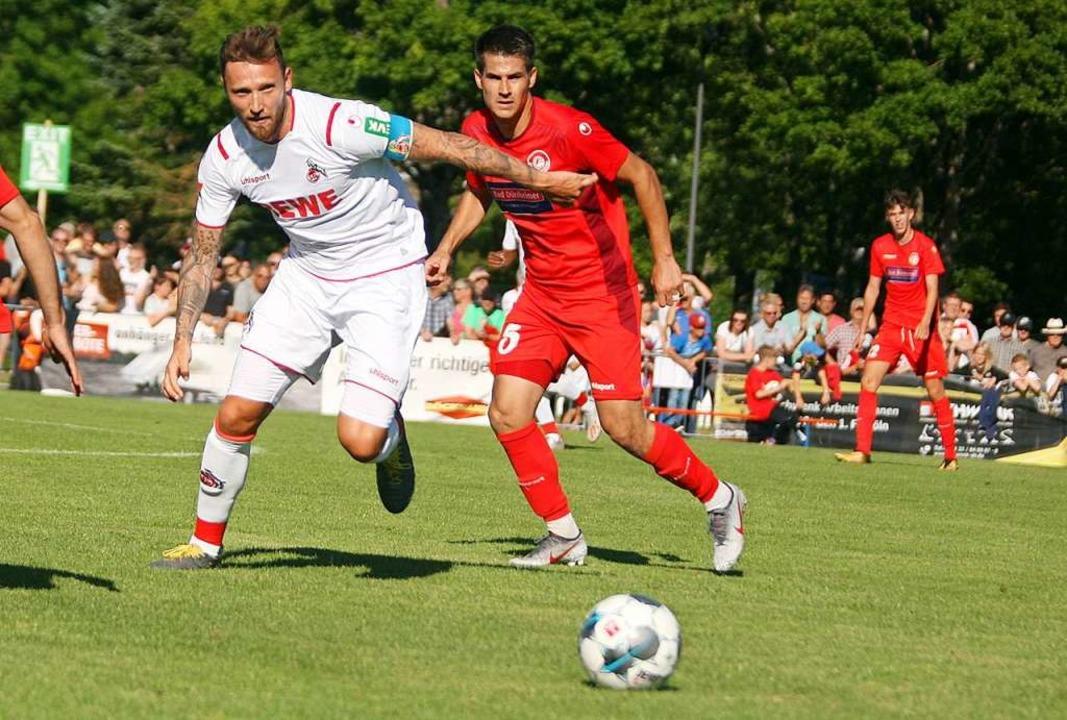 Fix am Ball: Marco Höger (links) und s...(rechts) nicht den Hauch einer Chance.  | Foto: Dieter Reinhardt
