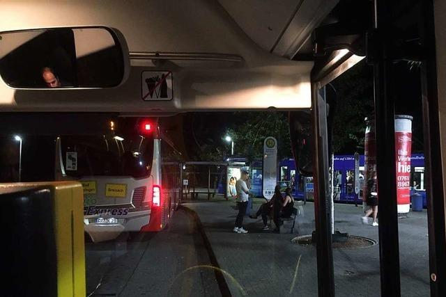 Nachtbusse in Freiburg sollen auf Straßenbahnen warten – das klappt nicht immer
