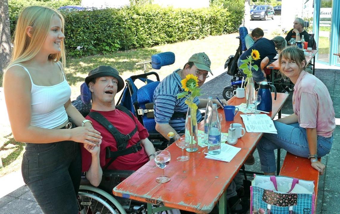 Betreuerinnen und Teilnehmer des Ferie... lassen es sich im Schatten gut gehen.  | Foto: Lukas Müller