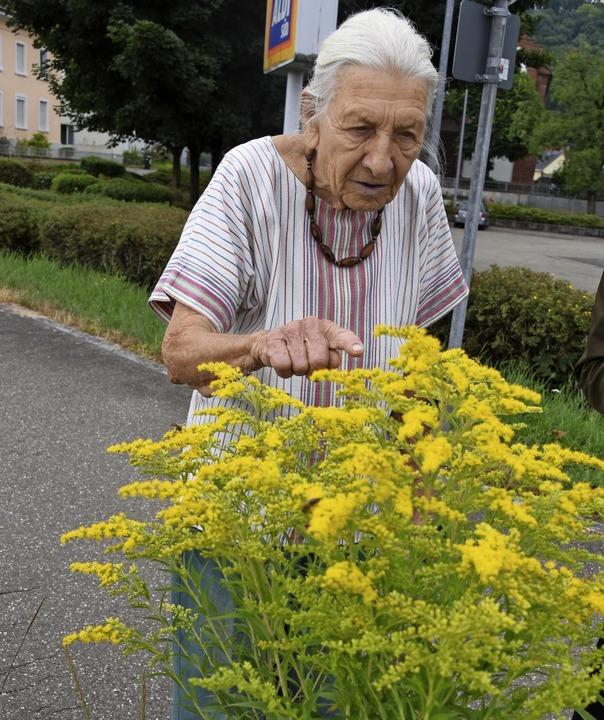 Biologin Ruth Noack freut sich auch an...macht: Sie ist eine echte Bienenweide.  | Foto: Robert Bergmann