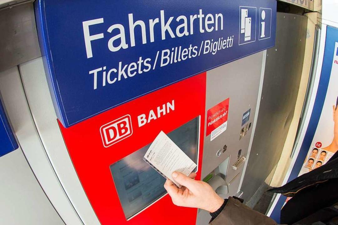 In Fahrkartenautomaten der Bahn steckt...die vergangene Woche verhaftet wurden.  | Foto: Armin Weigel